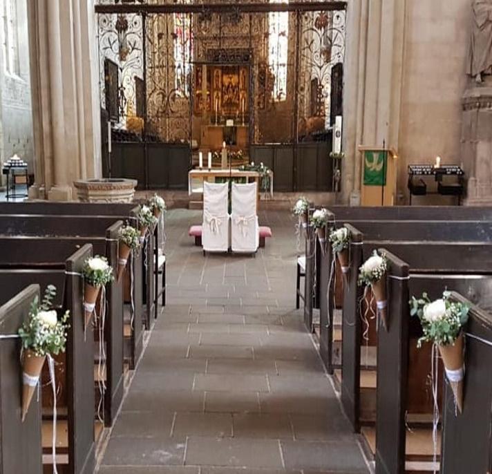 Kirchendeko_Hochzeit_Füllhörner mit weißen Blüten