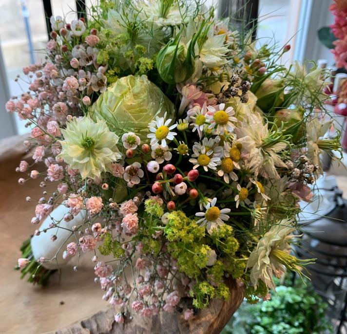 Brautstrauß_zart_rosé_grün-weiß und rosa Beeren