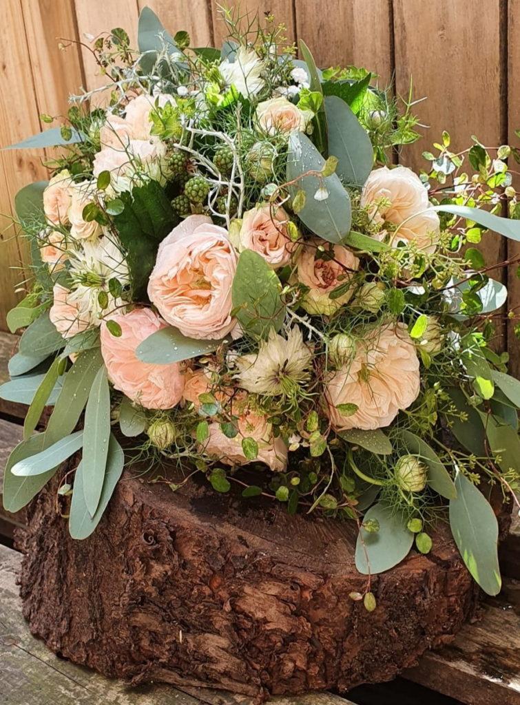 Brautstrauß_rosé und weiß mit Eukalyptusblättern