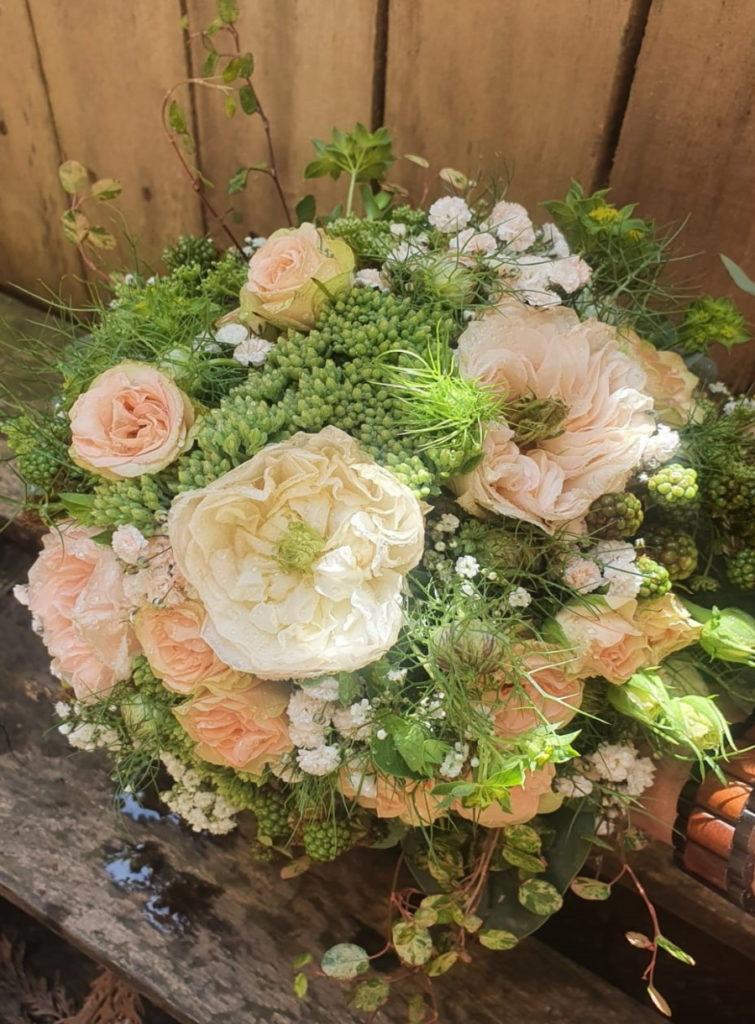 Hochzeitsschmuck_weiß_rosé mit Beeren grün